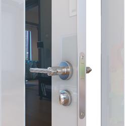 Межкомнатная дверь Дверная Линия ДО-504 Белый глянец стекло черное